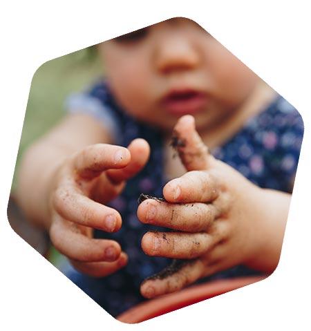 Enfant jouant avec la terre